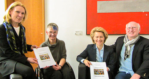 Foto: Von links nach rechts: Dr. Annette Niederfranke (Staatssekretärin im BMAS), Dr. Sigrid Arnade (BRK-Allianz), Dr. Ursula von der Leyen (Ministerin-BMAS), Dr. Detlef Eckert (BRK-Allianz), © H.- Günter Heiden BRK-Allianz